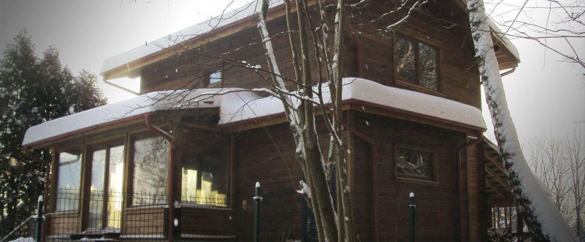 Dviejų aukštų rąstinis namas su stikline veranda