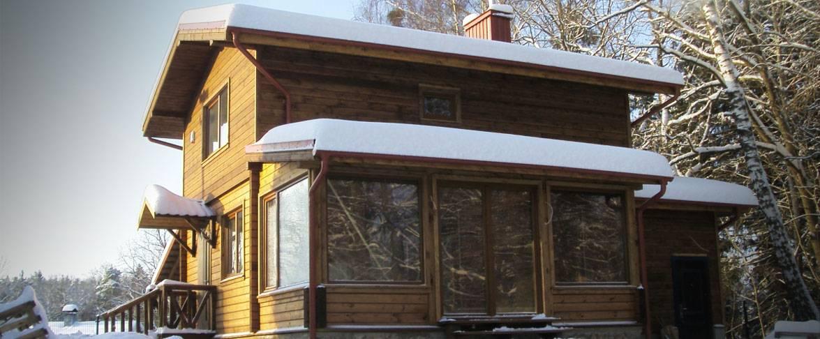 Dviejų aukštų rąstinis – karkasinis namas
