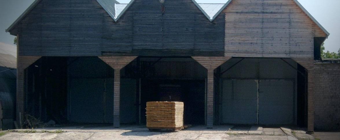 Le bois est transporté dans le séchoir